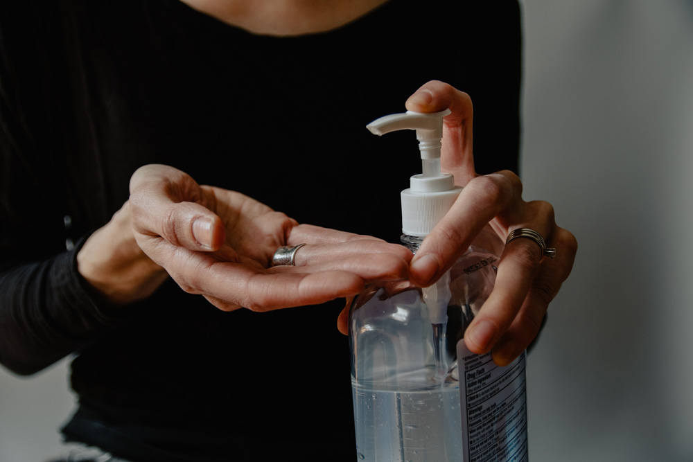 maini folosind gel antibacterian